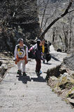 Turistas en la montaña amarilla Fotografía de archivo libre de regalías
