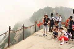 Turistas en la montaña de Huashan en China Imagenes de archivo