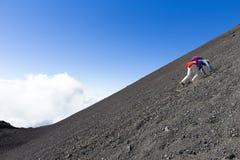 Turistas en la montaña del Etna Imágenes de archivo libres de regalías