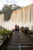 Turistas en la pasarela en el veiw de las cataratas del Iguazú de la Argentina imagen de archivo