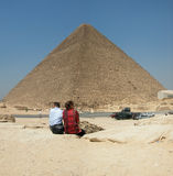 Turistas en la pirámide de Khufu. Giza en Egipto Imagen de archivo libre de regalías