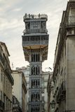 Turistas en la plataforma de la visión encima del elevador de Santa Justa fotografía de archivo