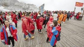 Turistas en la plataforma de la visión de Jade Dragon Snow Mountain imagen de archivo