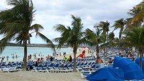 Turistas en la playa arenosa hermosa, islas de Bermudas, Océano Atlántico del norte almacen de metraje de vídeo