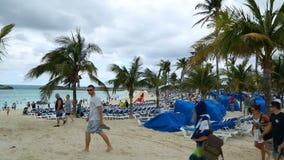 Turistas en la playa arenosa hermosa, islas de Bermudas, Océano Atlántico del norte, décimotercero de diciembre de 2016 almacen de video