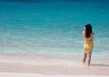 Turistas en la playa blanca de la arena Fotos de archivo libres de regalías