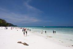 Turistas en la playa blanca de la arena fotografía de archivo libre de regalías
