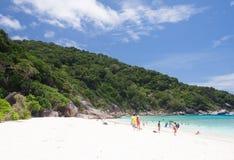 Turistas en la playa blanca de la arena foto de archivo
