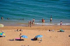 Turistas en la playa de Albufeira, Portugal Fotografía de archivo libre de regalías