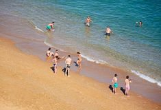 Turistas en la playa de Albufeira, Portugal Foto de archivo