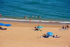 Turistas en la playa de Albufeira, Portugal Imágenes de archivo libres de regalías