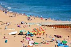 Turistas en la playa de Albufeira, Portugal Fotos de archivo