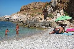 Turistas en la playa de Isulidda Fotografía de archivo libre de regalías