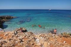 Turistas en la playa de Isulidda Fotos de archivo