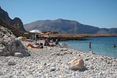 Turistas en la playa de Isulidda Foto de archivo libre de regalías