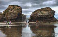 Turistas en la playa de las catedrales imágenes de archivo libres de regalías