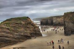 Turistas en la playa de las catedrales foto de archivo