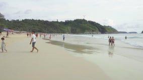 Turistas en la playa de Nai Harn almacen de video