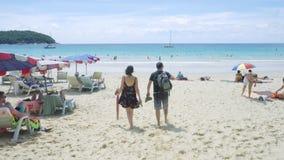 Turistas en la playa de Nai Harn almacen de metraje de vídeo