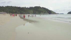 Turistas en la playa de Nai Harn metrajes