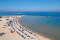 Turistas en la playa del mar Mediterráneo en Netanya, Israel Fotografía de archivo