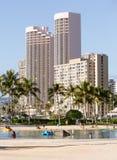 Turistas en la playa ocupada de Waikiki Foto de archivo libre de regalías