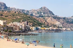 Turistas en la playa urbana en la ciudad de Giardini Naxos Fotografía de archivo libre de regalías