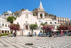 Turistas en la plaza cuadrada 9 Aprile en Taormina imagen de archivo libre de regalías