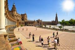 Turistas en la plaza de España de Sevilla imagenes de archivo