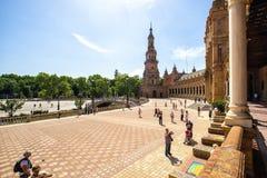 Turistas en la plaza de España de Sevilla imagen de archivo