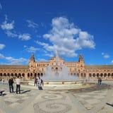 Turistas en la plaza de Espana en Sevilla, España Fotografía de archivo