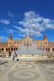 Turistas en la plaza de Espana en vertical de Sevilla, España Fotos de archivo