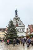 Turistas en la plaza del mercado del der Tauber del ob de Rothenburg imagen de archivo