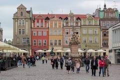 Turistas en la plaza del mercado, Poznán imagen de archivo