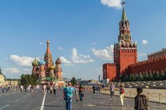 Turistas en la Plaza Roja cerca del Kremlin, Moscú imagenes de archivo