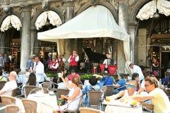 Turistas en la plaza San Marco, Venecia Fotos de archivo libres de regalías