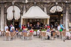 Turistas en la plaza San Marco, Venecia, Italia Imagen de archivo libre de regalías
