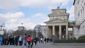 Turistas en la puerta de Brandeburgo con Reichstag en fondo en Berlín, Alemania almacen de video