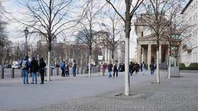 Turistas en la puerta de Brandeburgo con Reichstag en fondo en Berlín, Alemania almacen de metraje de vídeo