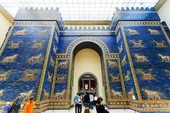 Turistas en la puerta Pasillo de Ishtar del museo de Pérgamo Imágenes de archivo libres de regalías
