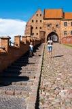 Turistas en la señal de Grudziadz Spichrze Fotos de archivo libres de regalías
