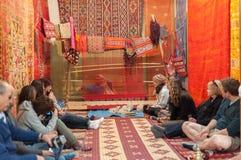 Turistas en la tienda de la alfombra, Marruecos Foto de archivo libre de regalías