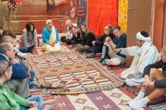 Turistas en la tienda de la alfombra, Marruecos Imagen de archivo libre de regalías
