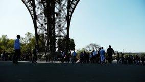 Turistas en la torre Eiffel París, Francia almacen de metraje de vídeo