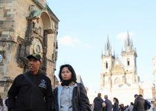 Turistas en la vieja plaza en Praga Foto de archivo