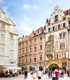 Turistas en la vieja plaza en Praga Fotografía de archivo
