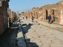 Turistas en las calles de Pompeii Imágenes de archivo libres de regalías