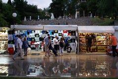 Turistas en las calles, en la noche oscura Fotografía de archivo libre de regalías