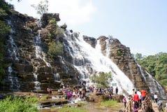 Turistas en las cascadas de Teerathgarh, la India central Foto de archivo