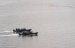 Turistas en las costillas de ActionBoat en el puerto de Copenhague Fotos de archivo libres de regalías